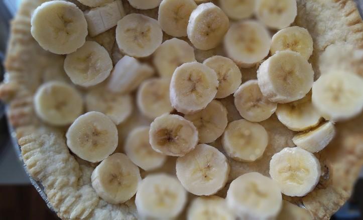 Sliced bananas in a pie crust